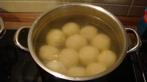 Plněné bramborové knedle uzeným a zelí