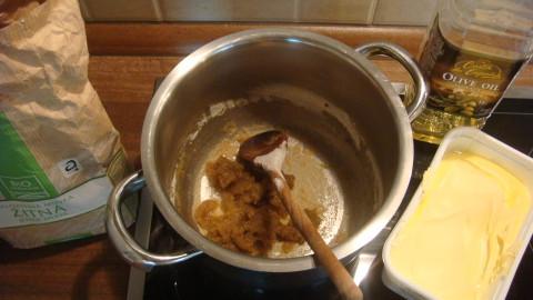 Špenátové nudle s lilkem a sýrovou omáčkou