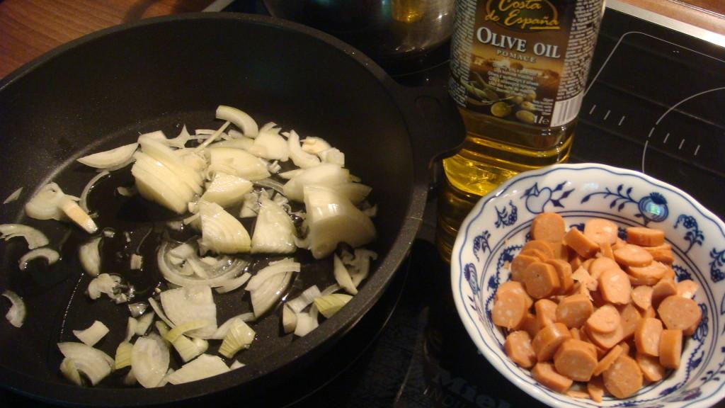 Zapečené brambory se zelím a vege párkem