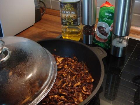 Dušení hub do kapustových karbanátků