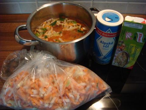 Zeleninová polévka s vaječným závojem